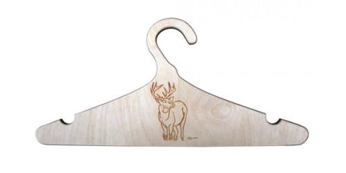 Cintre en bois naturel vernis gravé d'un chevreuil