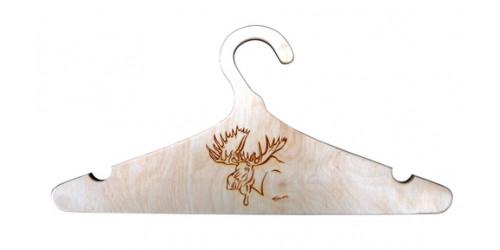 Cintre en bois naturel vernis gravé d'une tête d'orignal