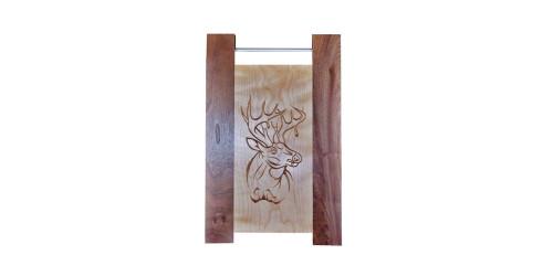 Planche à découper avec tige gravée en bois d'érable-acajou naturel vernis